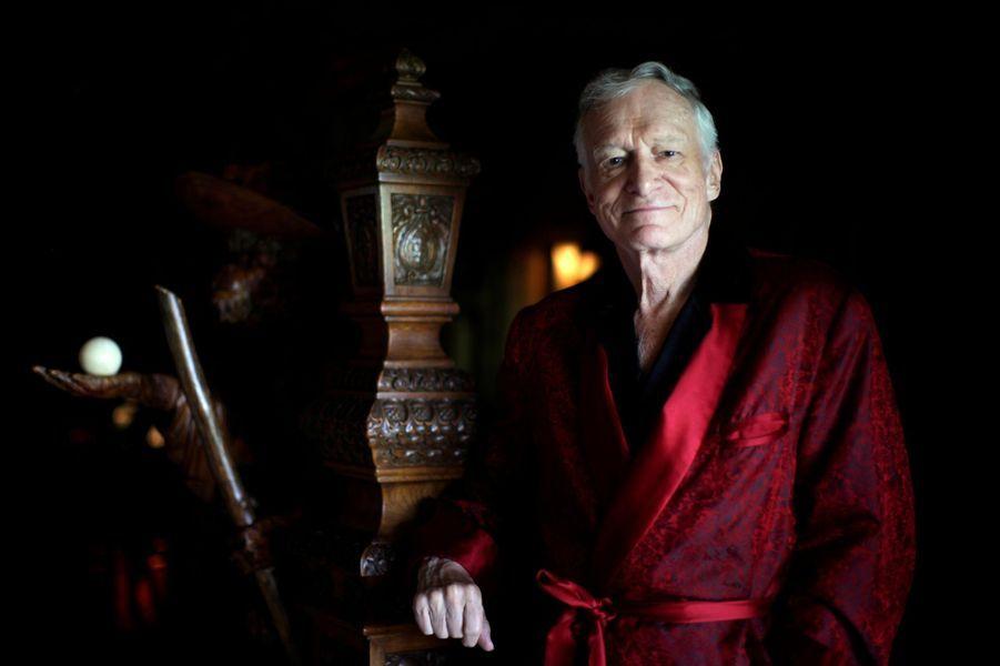 Hugh Hefner pose dans son manoir le 27 juillet 2010.