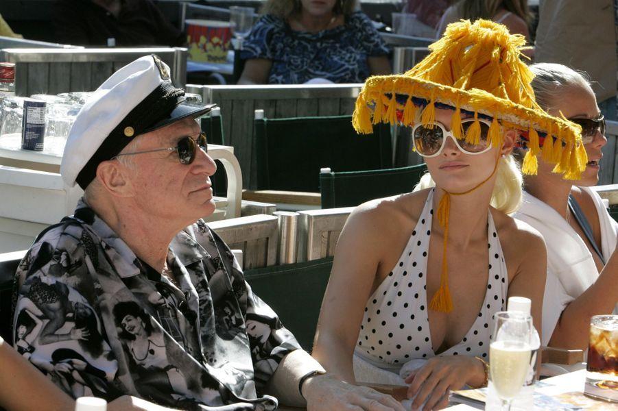 Le 16 juillet 2007, Hugh Hefner pose avec sa petite amie Holly Madison à l'occasion du 29ème Festival de Jazz annuel organisé par Playboy.