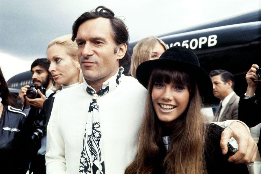 Le 21 août 1970, Hugh Hefner accompagné de sa petite amie Barbara Benton.