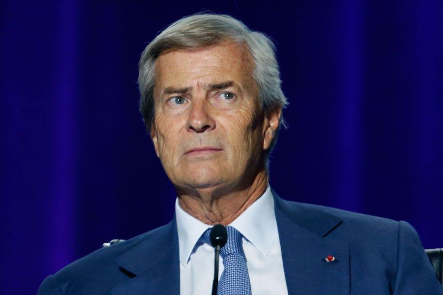 En octobre dernier, Vincent Bolloré a annoncé sur RTL qu'il voulait «bouger» la chaîne cryptée au «modèle essoufflé». Quelques mois après sa reprise du groupe Canal+, son bilan est critiqué de toutes parts : remplacement de la plupart des dirigeants des chaînes, changements dans les programmes en clair de Canal+, soupçons de censure d'un numéro de «Spécial Investigation» sur le Crédit Mutuel, banque partenaire du groupe Vivendi, la maison mère de la chaîne... Il est surtout accusé d'avoir sonné le glas de «l'esprit Canal» en écartant «Les Guignols», et en remodelant «Le Grand Journal» désormais piloté par Maïtena Biraben et dont les audiences sont en forte baisse depuis la rentrée.
