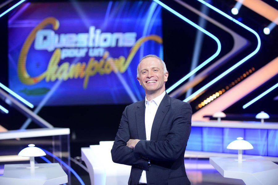 Adaptée d'un format britannique, l'émission a été marquée pendant 27 ans par l'énergie et les tics de langage de Julien Lepers, bientôt remplacé à la présentation du jeu phare de la chaîne par Samuel Etienne.