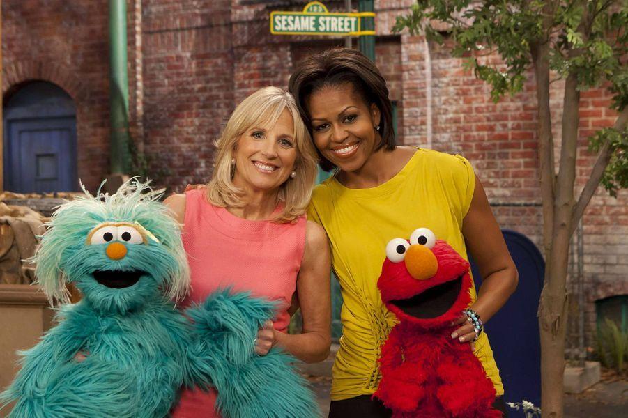 """Michelle Obama etDr. Jill Biden sur le tournage de la série pour enfants """"Sesame Street"""""""