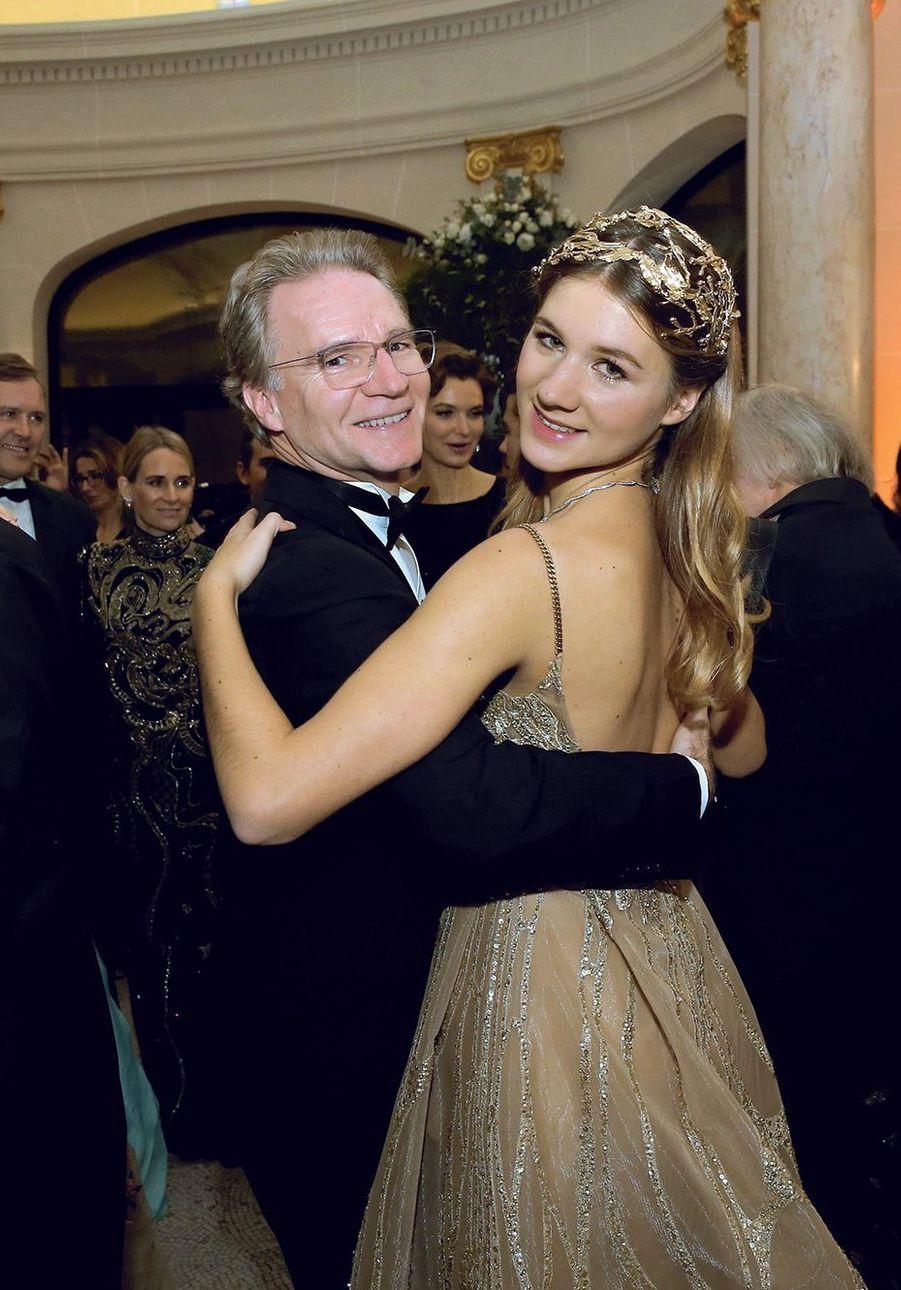 Valse avec sa fille Hermine, 16 ans, au Bal des débutantes en 2016.