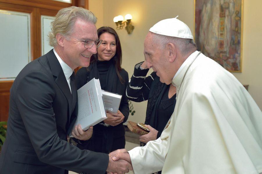 Rome, 2017, en audience privée avec le pape François, Olivier est accompagné de Delphine, sa femme.