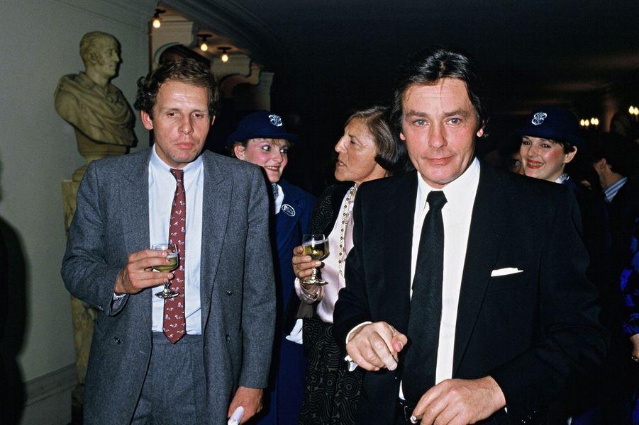 Avec Alain Delonà la soiree de Trophee Paris-Match a l'Opera de Paris en 1984