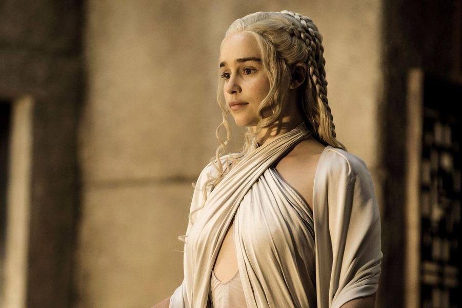 Malgré lafuite des quatre premiers épisodesde la saison 5 de «Game of Thrones» sur le web dimanche quelques heures avant le début de sa diffusion aux Etats-Unis, on sait peu de chosessur la suite de l'adaptation de la saga de George R.R. Martin. Seulecertitude, la bataille entre les prétendants auTrône de fer fait toujours rage. Mais, femme ou homme, qui mérite vraiment de régner sur Westeros ?Tout au long des premières saisons, lescandidatspotentielsn'ont pas manqué, mais aucun n'est encore parvenu à renverser la dynastieBaratheon et sondernier jeune roi :Tommen. La plus grosse menacesemble venir de l'Est et deDaenerys Targaryen,l'héritière exilée d'une dynastie déchue et mère des dragons. Déterminée à reconquérir letrône de sonpèreAerys II, le roifou renversé par une rébellion menée parRobert Baratheon. Mais plus proche de Port-Réal, capitale de Westeros, d'autres prétendants ont revendiqué la couronne :Stannis et Renly Baratheon, les frèresde Robert en tête.Et pour vous, qui est le plus digne de s'asseoir sur le Trône de fer ? Paris Match a dressé une liste de prétendants, plus ou moins légitimes.A relire :A quoi ressemblent les acteurs de «Game of Thrones» dans la vraie vieA relire :«Game of Thrones». Un premier épisode excitant
