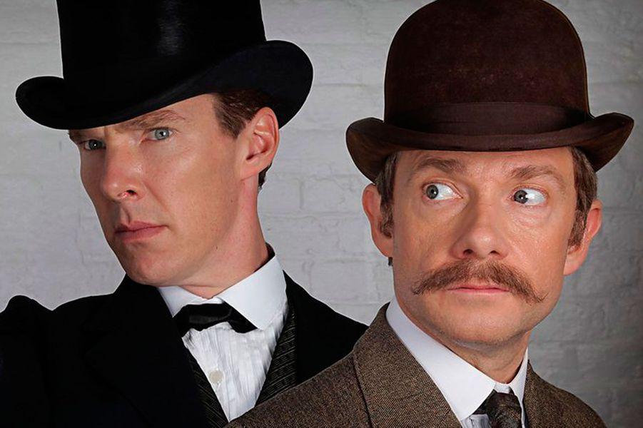 Le nouvel épisode de «Sherlock»de la BBC soulève bien des questions. Comme le montre les images du tournage, l'intrigue de cet épisode spécial devrait se dérouler au XIXème siècle. Dans des costumes d'époques, montant dans des calèches,Benedict CumberbatchetMartin Freemanressemblent fortement aux Sherlock Holmes et Dr.Watson originels.Le co-créateur de la série, Steven Moffat a confirmé lundi 16 mars au site américainEntertainment Weeklyque la prochaine intrigue se passera sous l'èreVictorienneet ne ferait pas partie des trois futurs épisodes de la saison 4, qui, elle, arrivera en 2016. Changer les personnages d'époque, c'est une idée qui trottait dans la tête de Moffat depuis longtemps. «Nous voulions le faire, mais ilfallaitque cela se passe dans un épisode spécial», a-t-il déclaré. Une entité à part entière donc, avec son propre scénario, bien qu'on en connaisse pas encore la teneur. Comment les deux héros vont-ils être propulsé deux siècles auparavant ?Créée par Mark Gatiss et Steven Moffat et lancée en 2010, l'adaptation moderne des enquêtes du célèbre détective de Conan Doyle est un grand succès. La saison 3 s'était terminée sur l'annonce du retour de l'ennemi juré du détective, Moriarty. En attendant de retrouver Sherlock face à sa némésis, les fans pourront se délecter de cette épisode spécial, diffusé en décembre 2015.