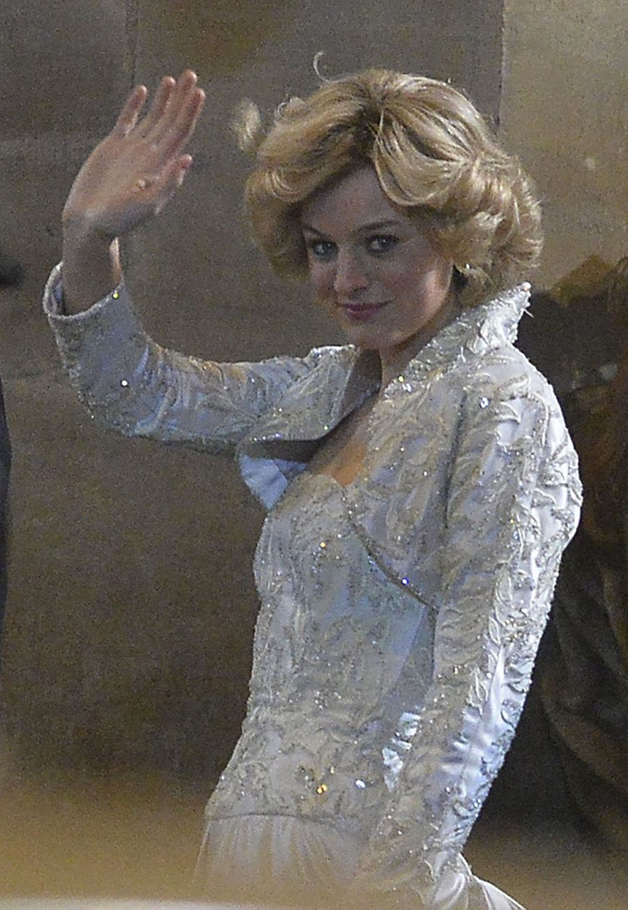 """Emma Corrin sur le tournage de """"The Crown"""", à Manchester"""