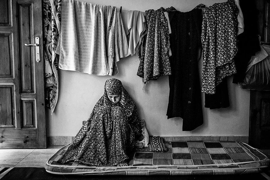 Ghadeer Al Batneeny, 21 ans, est sur son téléphone portable dans un appartement loué depuis que sa famille a perdu leur maison pendant la guerre. Elle étudie la sociologie à l'Université islamique de Gaza.Prix Ani - Pixtrakk