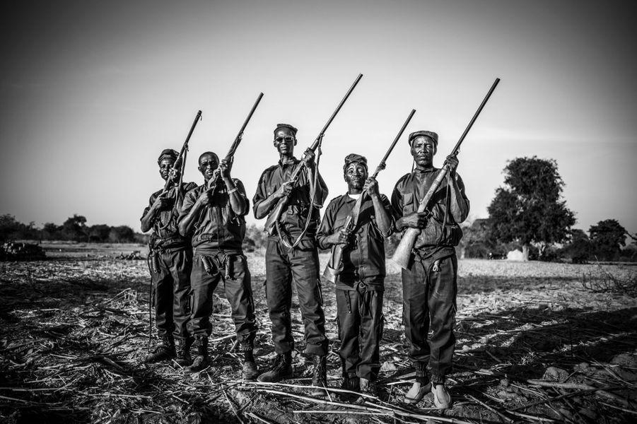 Treize nouveaux membres ont rejoint le groupe de Koglweogo de Potiamanga, qui se compose désormais de 36 personnes. «Il faudra encore augmenter les effectifs pour éradiquer le grand-banditisme dans la localité», explique Combary Nindia, le président de l'association de Potiamanga. «Pour devenir Koglweogo, il faut adhérer au règlement et prendre part à l'initiation», ajoute-t-il, avec tout ce que cela comporte de magie noire, omniprésente dans l'activité Koglweogo. Il est dit qu'en frappant un malfrat, c'est le mal, en lui, que l'on fait disparaitre. Le 14 octobre 2017.Visa d'or de l'information numérique France Info