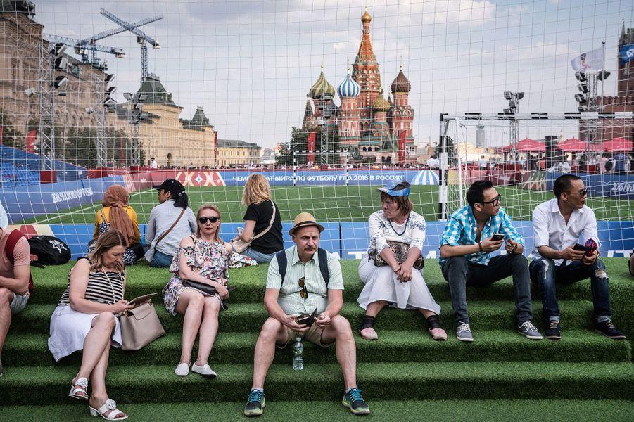 Ce vendredi 29juin est la première journée sans match depuis le début de la Coupe du monde. Pendant que les équipes qualifiées se reposent et affinent leur stratégie en vue des huitièmes de finale, les supporteurs découvrent la vie loin des stades. Moscou, 29juin 2018.Visa d'or de la presse quotidienne