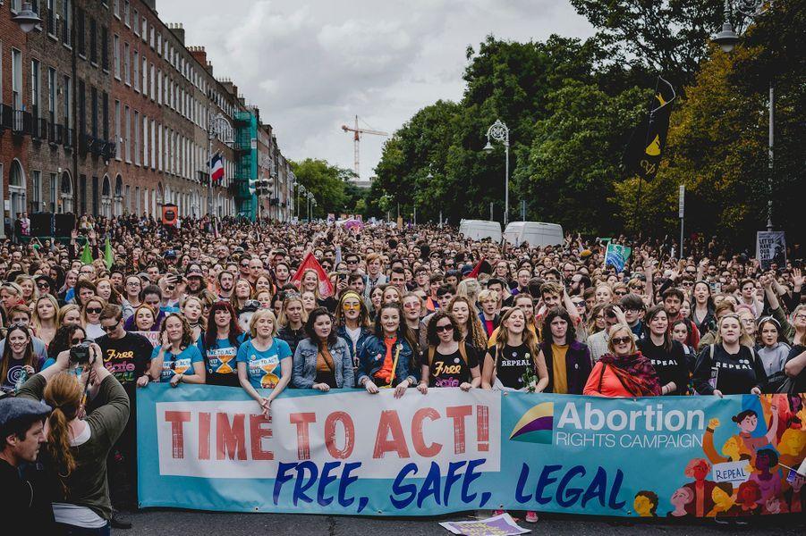 Selon les organisateurs, 40000personnes ont participé à la «March for Choice» 2017 à Dublin, une foule record pour la sixième édition de cette marche annuelle. Les féministes et associations pro-choix espéraient bien que ce serait la dernière, le référendum sur la légalisation de l'avortement étant annoncé pour le premier semestre 2018. Lors de la première marche en 2012, des participants étaient venus de tout le pays pour manifester après le décès de Savita Halappanavar, morte de septicémie après s'être vu refuser l'avortement alors qu'elle faisait une fausse couche. À la fin de cette sixième marche, des femmes victimes de la législation irlandaise ont pris la parole pour témoigner. Septembre 2017, Dublin, Irlande.Prix Camille Lepage 2018