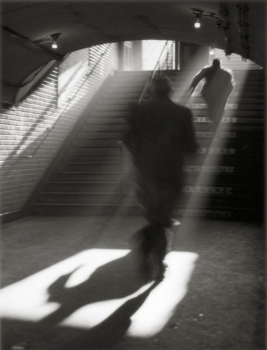Sortie de métro, Paris, 1955Visa d'or d'honneur du Figaro Magazine