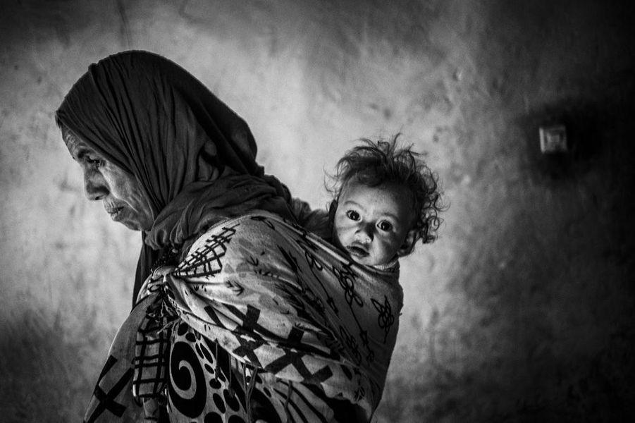 Touda avec sa petite fille. Elle est venue rendre visite à sa sœur pour quelques jours. Tinfgam, dans le Haut Atlas, 2016.