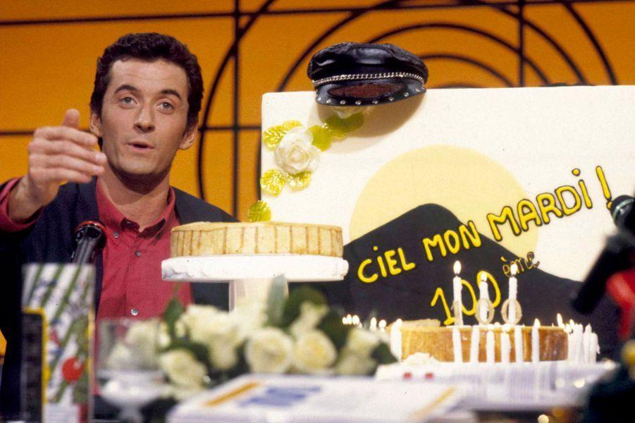 """La chaîne la plus regardée de France n'est plus toute jeune. Après les 30 ans de Canal+ en novembre dernier, TF1 a fêté le 1er janvier ses 40 ans. Pour l'occasion, la chaîne diffusera vendredi une émission spéciale «40 ans d'émotions partagées» présentée par un duo inédit : le présentateur du 20h Gilles Bouleau et Christophe Dechavanne.TF1 promet son lot de moments nostalgiques en rediffusant les séquences les plus marquantes de ces quatre dernières décennies. Au programme, un retour sur quelques unes des émissions cultes de la chaînede «L'Ile aux enfants» au «Jeu de la vérité», mais aussi d'autres images d'archives comme la victoire de Yannick Noah à Roland Garros en 1983,Gainsbourg qui brûle un billet dans «7 sur 7» ou la chute du mur de Berlin.La première émission a été diffusée sur Télévision Française 1 le 6 janvier 1975 après l'éclatement de l'Office de radiodiffusion télévision française (ORTF). L'aînée des chaînes généralistes nationales françaises a été privatisée en 1987. Elle est dirigée depuis 2008 par Nonce Paolini.En attendant la grande soirée d'anniversaire de vendredi,donnez une note aux émissions cultes de la chaîne qui ont marqué la mémoire collective.<span><span><center><iframe src=""""//www.wat.tv/embedframe/295962chuPP3r12093561"""" frameborder=""""0"""" style=""""width: 640px; height: 360px;""""></iframe></center></span></span>"""