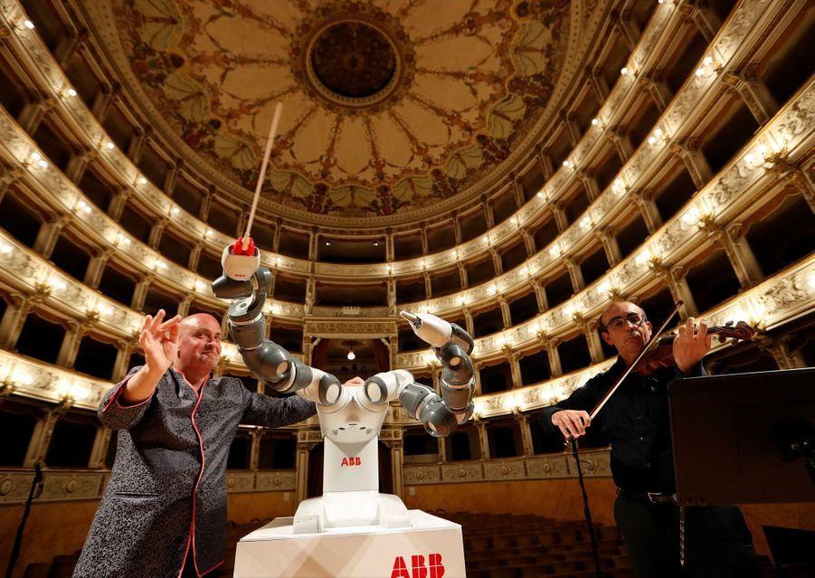 Andrea Bocelli Dirigé Par Un Robot Chef D'orchestre 2