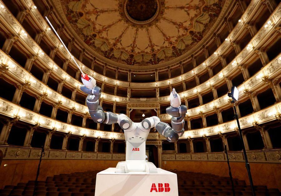 Andrea Bocelli Dirigé Par Un Robot Chef D'orchestre 3