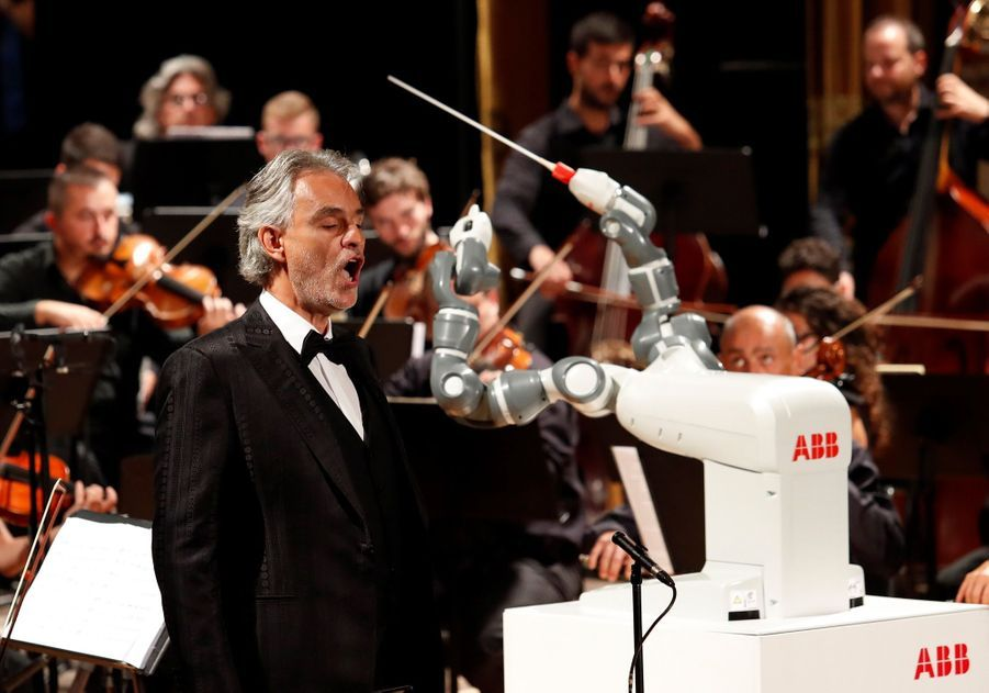 Andrea Bocelli Dirigé Par Un Robot Chef D'orchestre 4