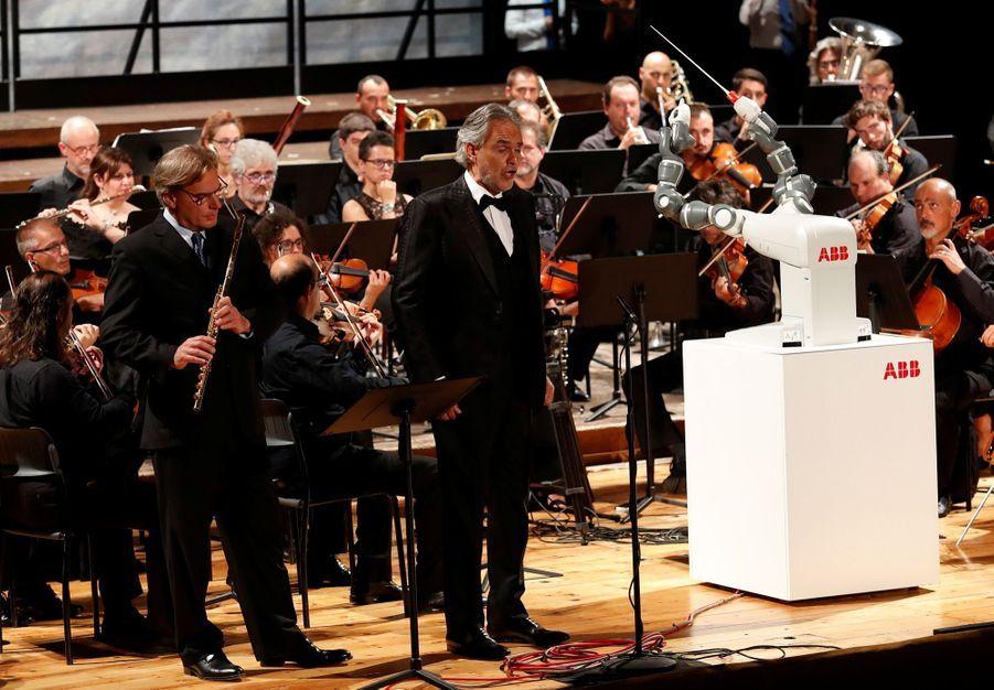 Andrea Bocelli Dirigé Par Un Robot Chef D'orchestre 5