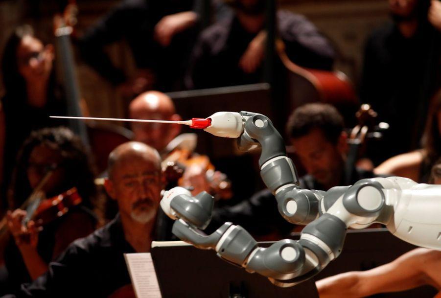 Andrea Bocelli Dirigé Par Un Robot Chef D'orchestre 6