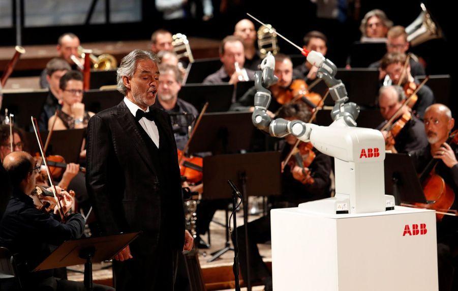 Andrea Bocelli Dirigé Par Un Robot Chef D'orchestre 7