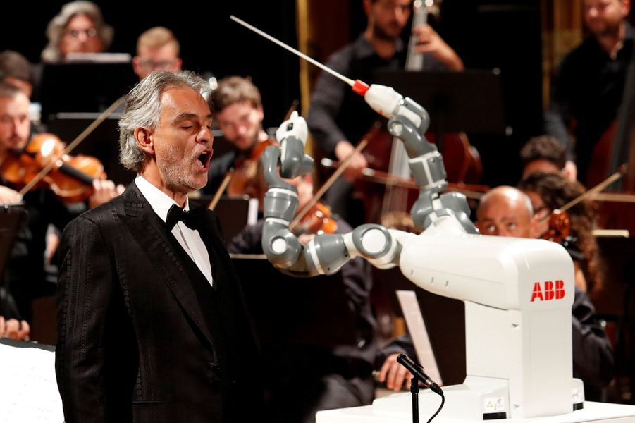 Andrea Bocelli Dirigé Par Un Robot Chef D'orchestre 8