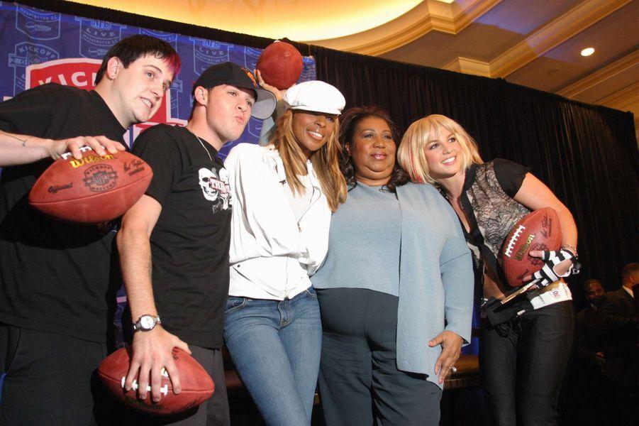Aretha Franklin entourée de Britney Spears, Benji et Joel Madden, Mary J. Blige, en 2013.
