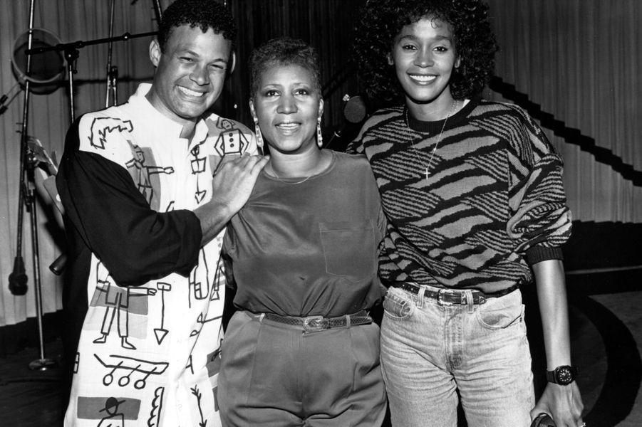 Aretha Franklin entourée de Whitney Houston et Narada Michael Walde, dans les années 80.