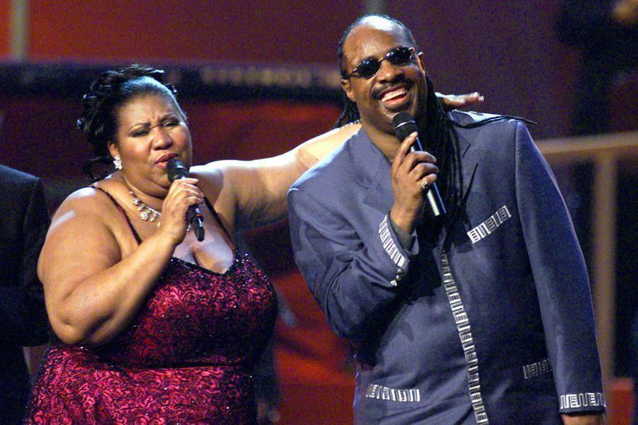 Aretha Franklin et Stevie Wonder sur scène, en 2001.