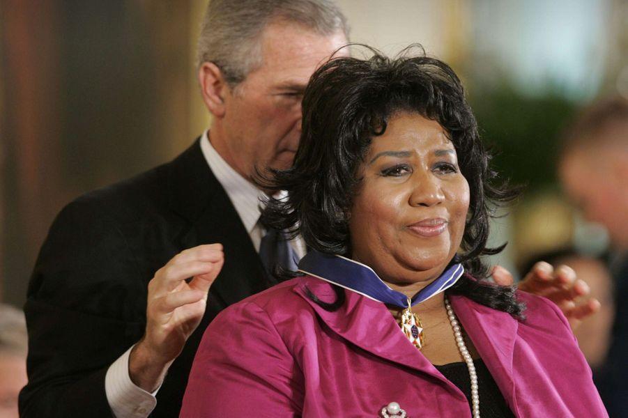 Aretha Franklin honorée par George W. Bush, en novembre 2005.