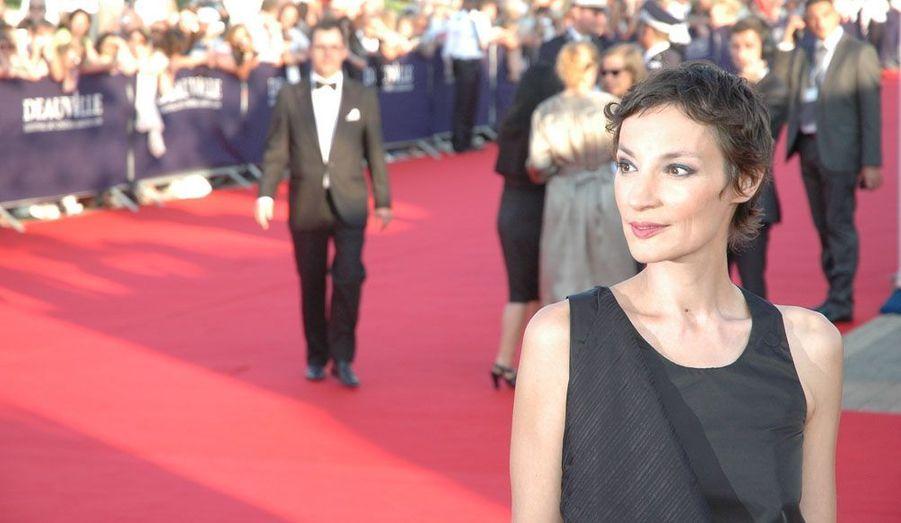 """La comédienne a sorti """"Paramour"""" en 2003, """"Slalom Dame"""" trois ans plus tard. Engagée, elle a également collaboré ponctuellement avec des artistes tels que Rodolphe Burger, Fred Poulet, Poni Hoax, Sarah Murcia ou encore Dominique A."""