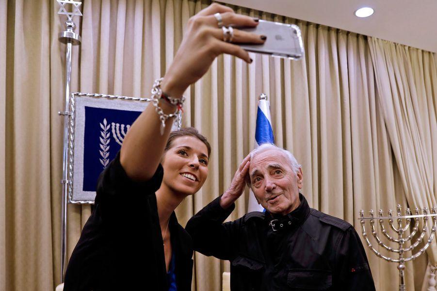 Jeudi à Jérusalem, Charles Aznavour,93 ans, a reçu la médaille Raoul Wallenberg,célébrant l'aide apportée par sa famille à des juifs et des Arméniens pendant la Seconde Guerre mondiale.