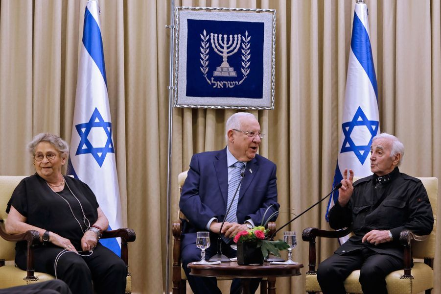 Jeudi à Jérusalem, Charles Aznavoura reçu des mains du président israélien Reuven Rivlinla médaille Raoul Wallenberg,célébrant l'aide apportée par sa famille à des juifs et des Arméniens pendant la Seconde Guerre mondiale.