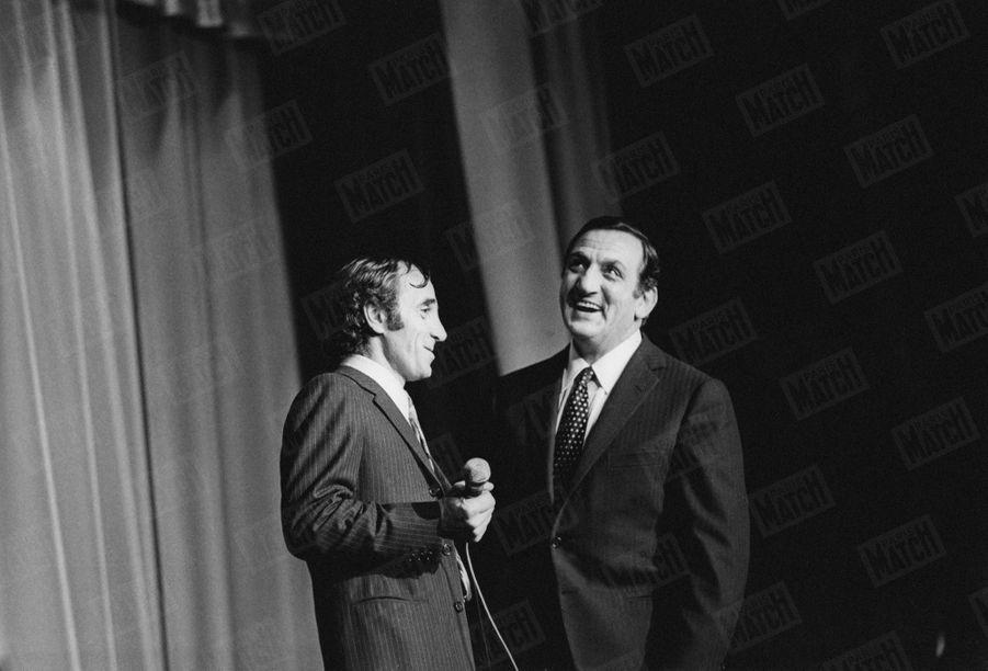 Charles Aznavour et Lino Ventura sur la scène de Bobino, lors d'un gala de charité organisé pour l'association Perce-Neige du comédien, le 14 janvier 1969.