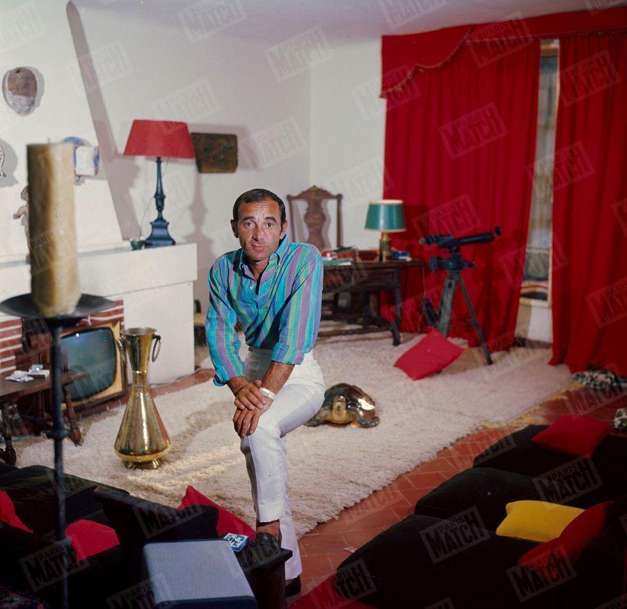Charles Aznavour dans sa main de Saint-Tropez en juin 1964