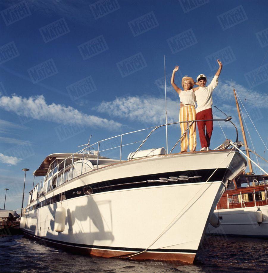 Charles Aznavour et sa fiancée Ulla sur le pont avant de leur yacht ancré dans la baie de Cannes, en juin 1966.