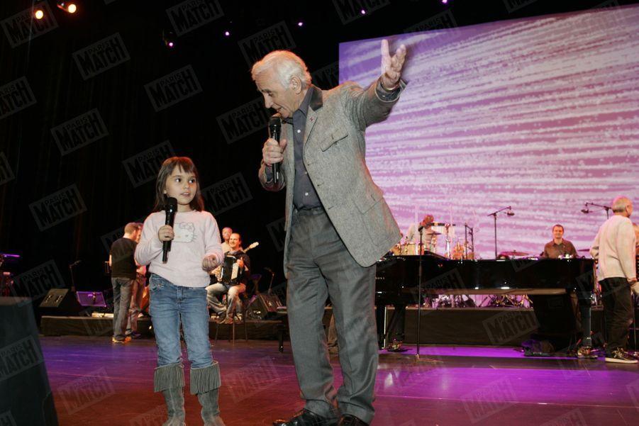 Charles Aznavour avec sa petite-fille Leïla, 5 ans, lors d'une répétition sur la scène du Palais des Congrès, le 20 octobre 2007.