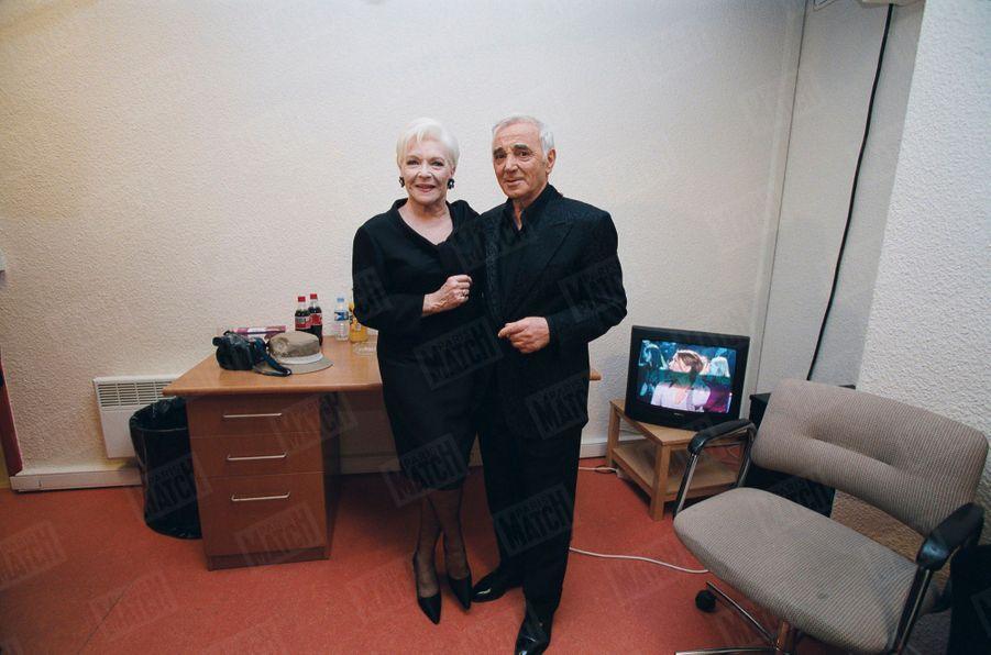 """Charles Aznavour et Line Renaud, le 7 mai 2001, lors de l'enregistrement de la """"Soirée spéciale Charles AZNAVOUR"""" diffusée par TF1 pour son 77ème anniversaire."""