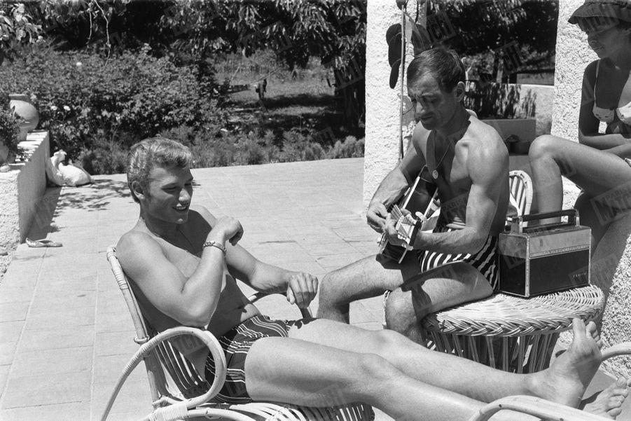 Charles Aznavour reçoit Johnny Hallyday dans sa propriété de Mougins, en juillet 1962.