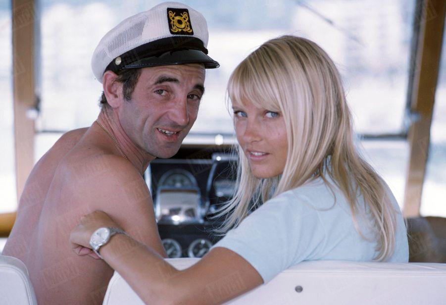 Charles Aznavour et sa fiancée Ulla sur leur yacht ancré dans la baie de Cannes, en juin 1966.