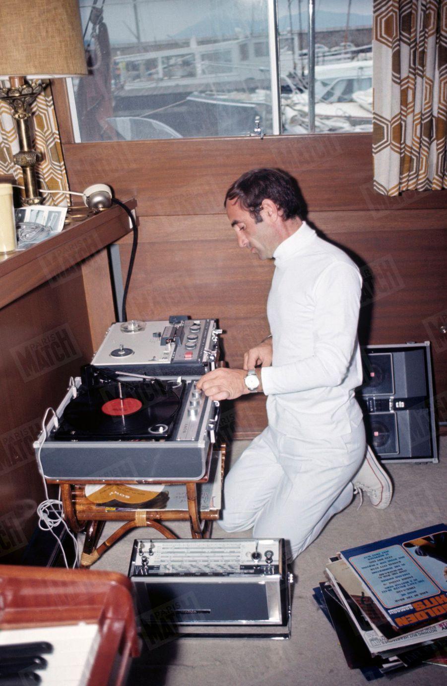 Charles Aznavour sur son yacht ancré dans la baie de Cannes, en juin 1966.