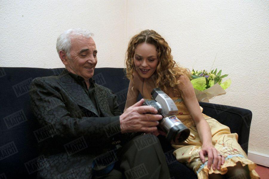 """Charles Aznavour et Vanessa Paradis, le 7 mai 2001, lors de l'enregistrement de la """"Soirée spéciale Charles AZNAVOUR"""" diffusée par TF1 pour son 77ème anniversaire."""