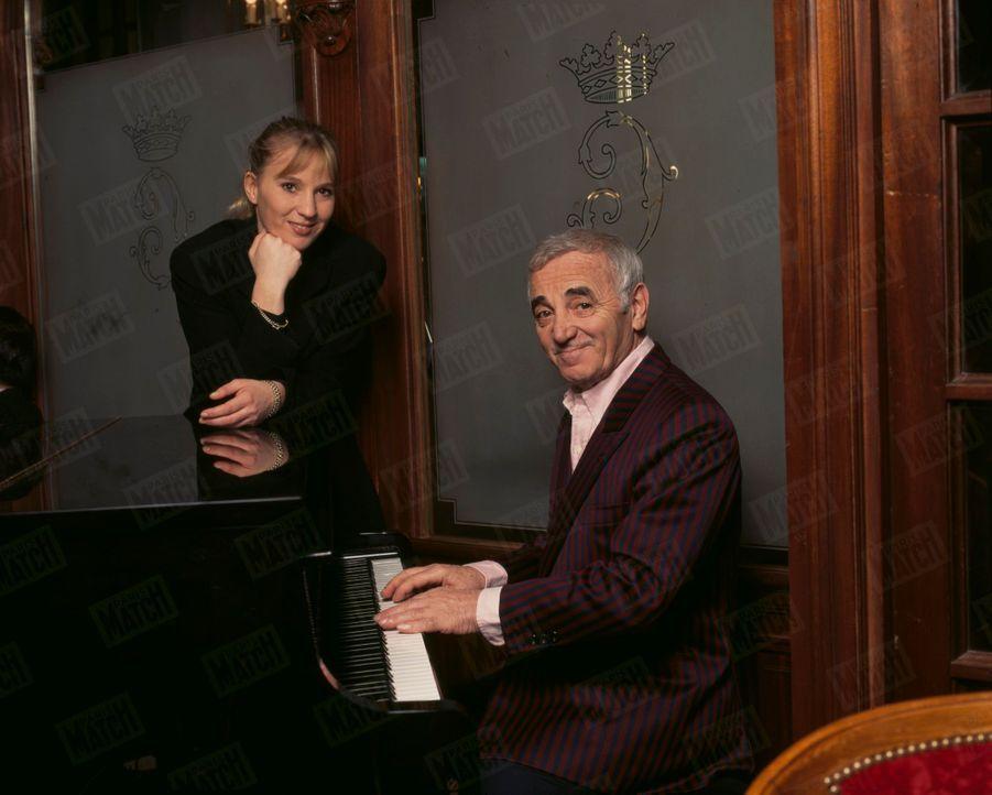Charles Aznavour avec sa fille Katia à l'hôtel Crillon à Paris, en décembre 1997.