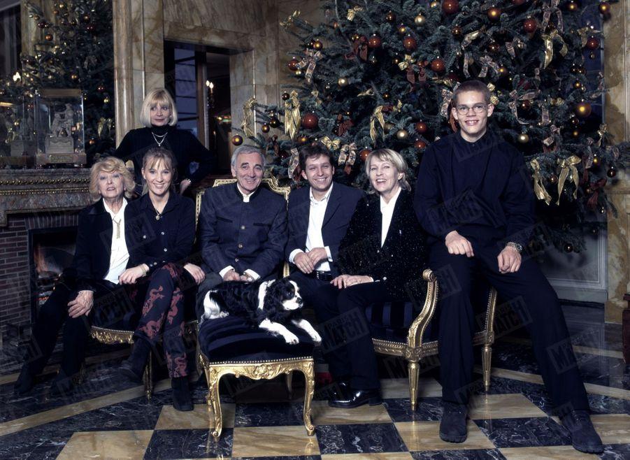 Charles Aznavour en famille à l'hôtel Crillon pour le noël 1997. Le chanteur est entourée de son épouse Ulla, de ses filles Seda et Katia, de ses fils Misha et Nicolas et de sa soeur Aida.