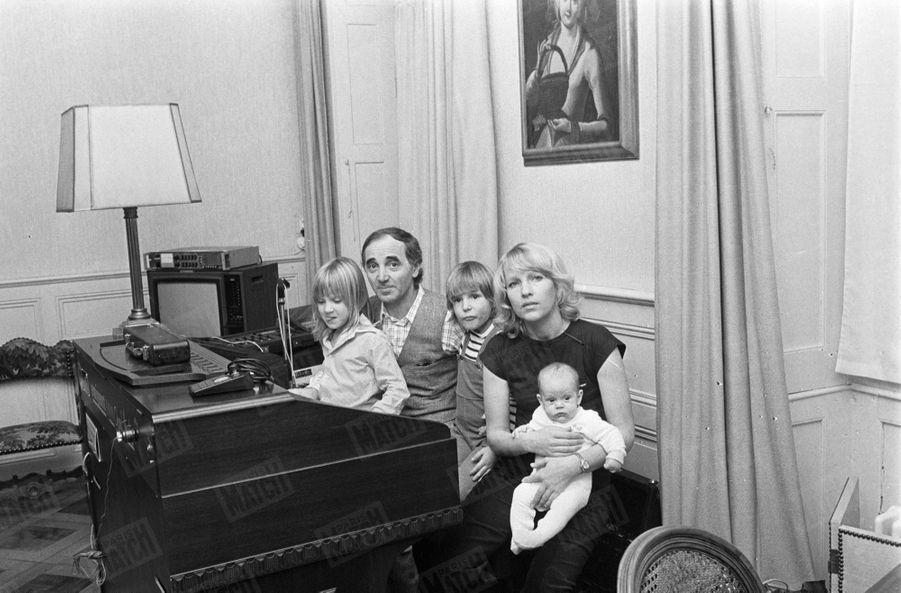Charles Aznavour avec sa femme Ulla et leurs enfants, Katia, Micha et le petit dernier Nicolas, dans leur maison de Genève, en Suisse, en novembre 1977.