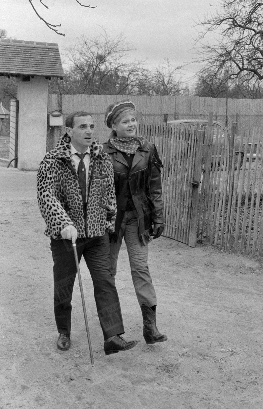 Charles Aznavour dans sa propriété de Galluis, près de Montfort-L'Amaury, en Ile-de-France, accompagné de sa muse Claude Carol, en janvier 1962.