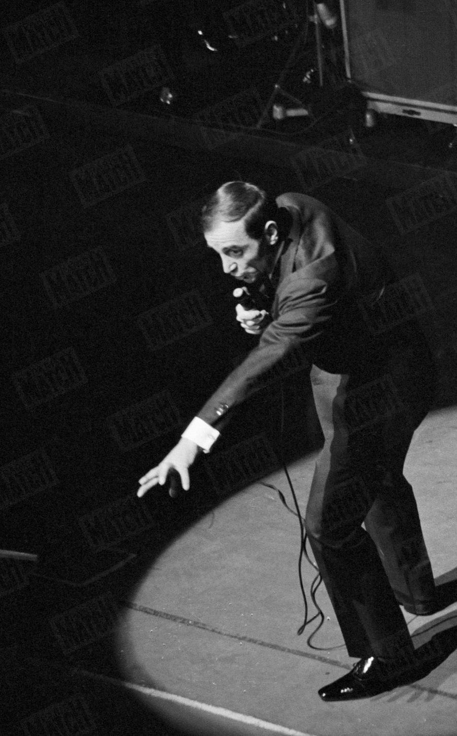 Charles Aznavour sur la scène de l'Olympia, à Paris, le 18 janvier 1963.