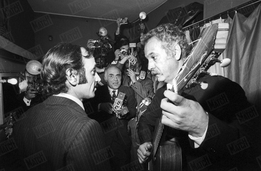 Charles Aznavour venu assister à un concert de Georges Brassens à Bobino, le 16 octobre 1969.