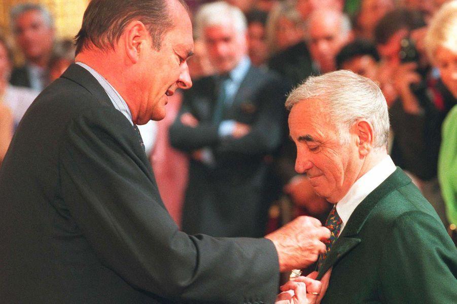 Jacques Chirac remettant la Légion d'honneur à Charles Aznavour, en septembre 1997.