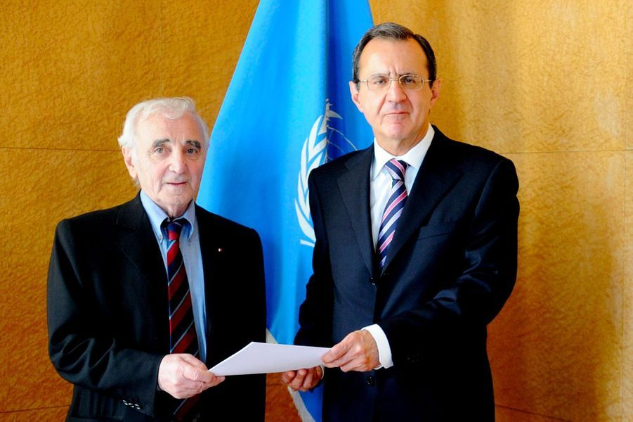 Charles Aznavour et le directeur des Nations unies à GenèveSergei Ordzhonikidze, en juin 2009.